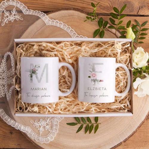 Prezent na ślub Kubki dla Pary Młodej Z IMIONAMI w pudełku INICJAŁY Różowe Kwiaty