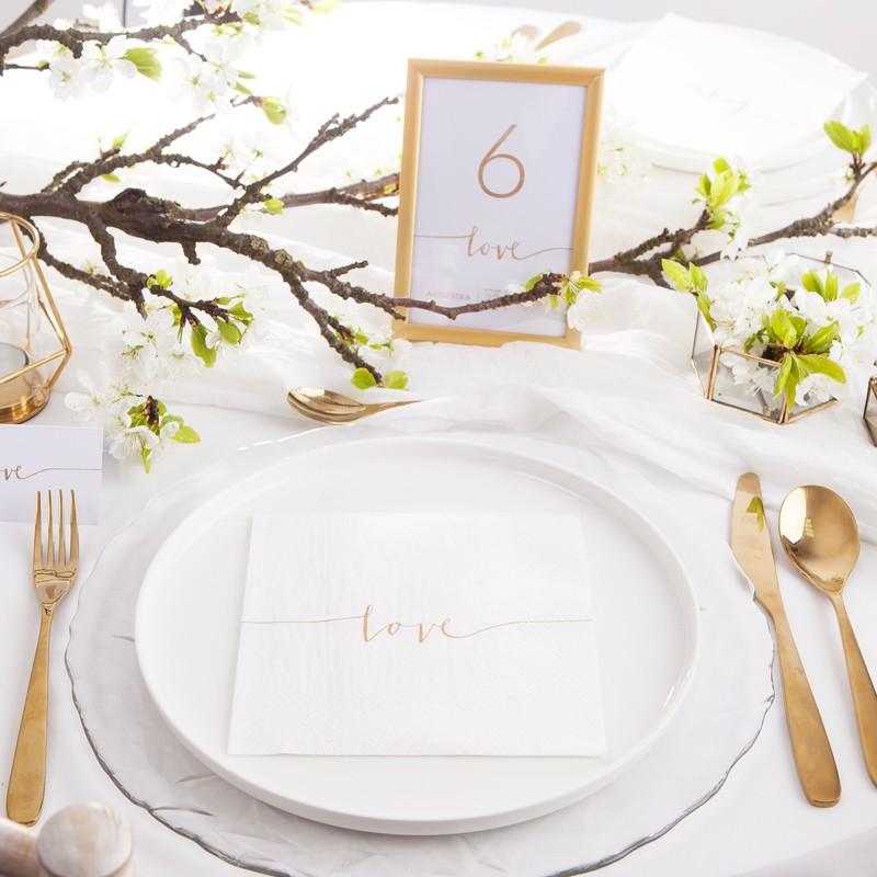 Minimalistyczne dekoracje weselne z napisem Love
